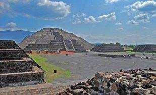 Plaza y Pirámide de la Luna