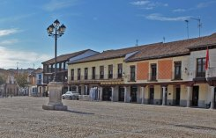 Lado oeste de la Plaza de Segovia