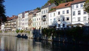 Liubliana. Casas del Barrio Medieval Reflejadas en el Río Liublianica