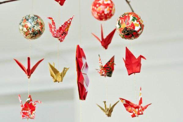 diy de l origami en mobile pour no l carnets parisiens. Black Bedroom Furniture Sets. Home Design Ideas