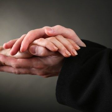Main tendue prêtre