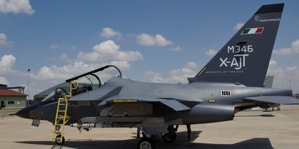 El chorro M-346 en la Base Aérea de Grosseto, donde trabajará en misiones diferentes jets Eurofighter. (Foto: Alenia Aermacchi)