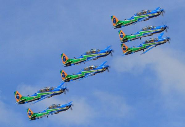 As sete aeronaves A-29 Super Tucano do Esquadrão de Demonstração Aérea sobe aos céus de Pirassununga nesse dia 3 de julho. (Foto: Sgt. Batista / Agência Força Aérea)