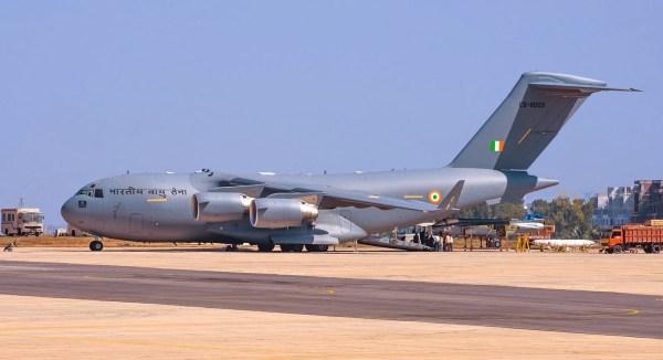 Indian C-17 Globemaster III de Aviones de Transporte Militar con el LCA Tejas Tejas MK 1 Carga (1)