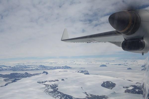 A aeronave C295W da SEMAR sobrevoa o continente antártico. (Foto: Airbus Military)