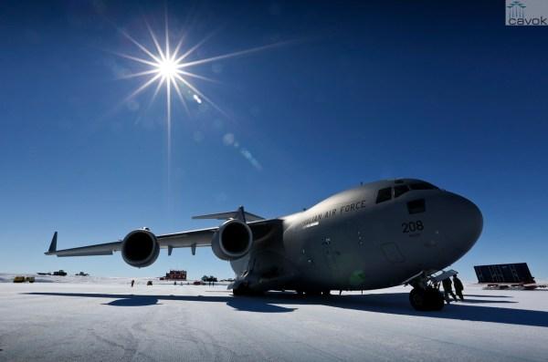 Um C-17A Globemaster III do Esquadrão N° 36da RAAF no Wilkins Aerodrome na Antártica. (Foto: Australian MoD)