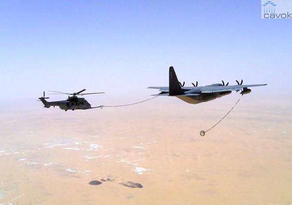 Um H225M Caracal do Exército francês reabastece em voo sobre o deserto de Sahel. (Foto: Armée de L'Air)