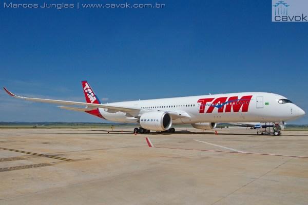 O primeiro Airbus A350 XWB da TAM Airlines, já em solo brasileiro. (Foto: Marcos Junglas / Cavok)