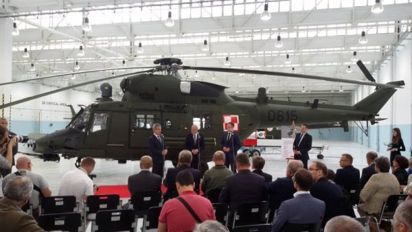 O Ministro da Defesa da Polônia Antoni Macierewicz recebeu da PZL-Swidnik os primeiros helicópteros Anaconda. (Foto: Ministério de Defesa da Polônia)