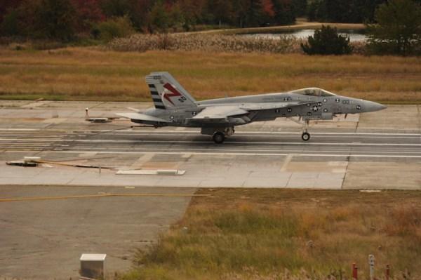 Um caça Super Hornet da Marinha dos EUA foi a primeira aeronave tripulada a realizar um pouso enganchado no novo sistema Advanced Arresting Gear (AAG). (Foto: U.S. Navy)