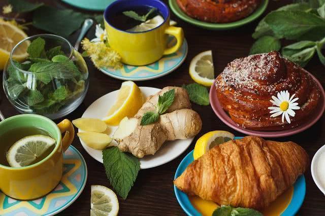 Chá com camomila e gengibre ajuda a tratar dores musculares