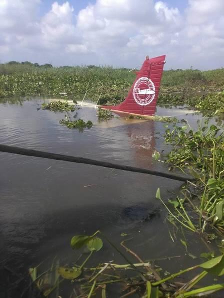 Avião cai na Colômbia, após falha no motor, e piloto é resgatado com vida