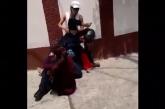 #LadysSometidas Sujetan A Policía, Ayudando A Un Hombre A 'Escapar' De La Justicia