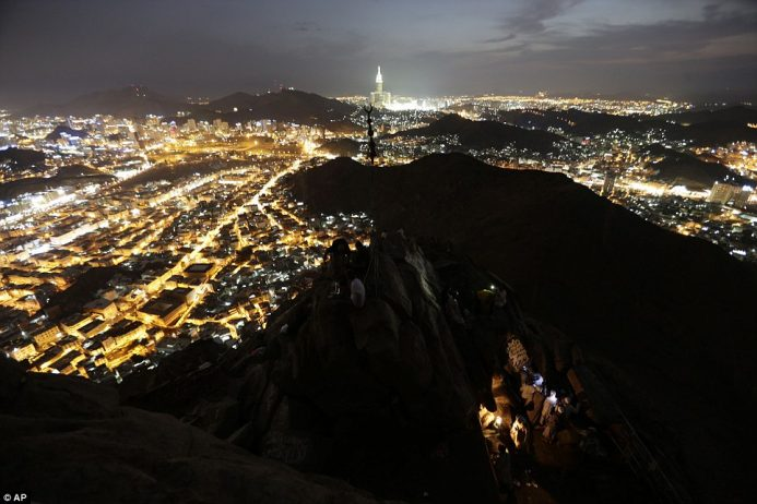 Mount Uhud At Night, Check Out Mount Uhud At Night : cnTRAVEL