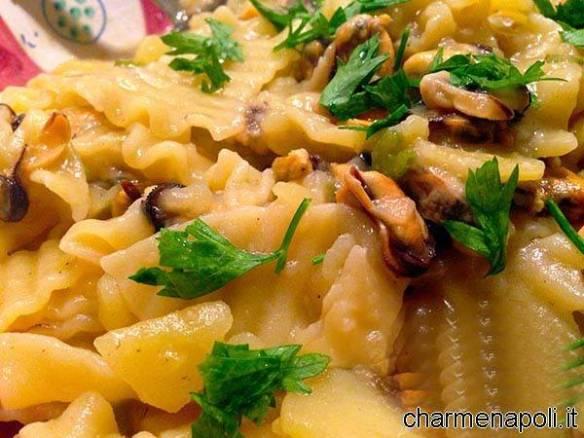 Le ricette della tradizionale cucina napoletana pasta e patate con le cozze - Ricette cucina napoletana ...