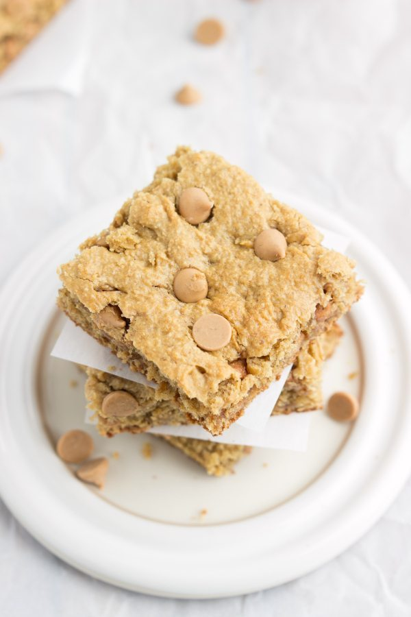 A skinny and delicious version of peanut butter blondies with no butter, no oil, no flour, and no beans #cleaneating #blondies #peanutbutter