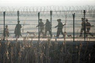 2016年2月10日,朝鲜士兵在朝鲜小镇新义州与对面的中国边境城市丹东之间的边界围栏附近进行巡逻。(图片来源:Getty Images)