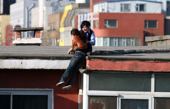 china-suicide-jumper-girl-rescued-by-police-woman-05