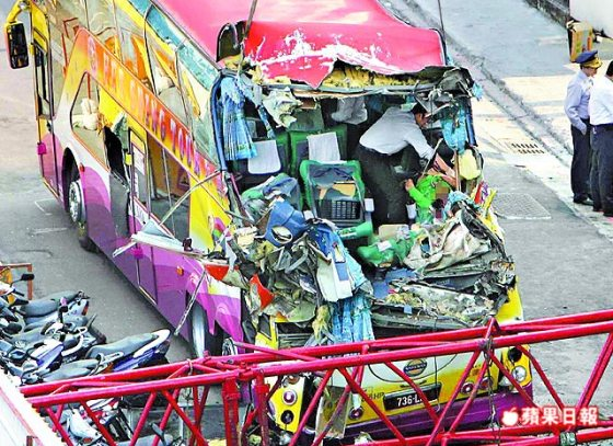 taiwan-crane-crushes-mainland-tourist-bus-05