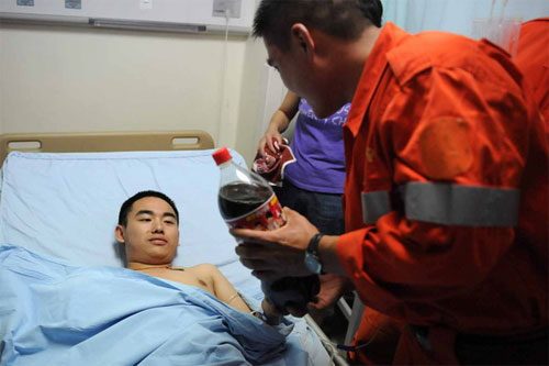 sichuan-earthquake-coke-boy-rescue-workers-bottle