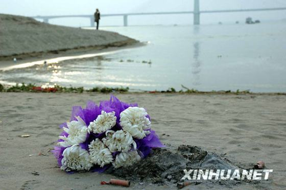 """Post-90s generation"" heroes move the nation. Post-90s are not a broken generation after all. Fresh flowers placed by the riverside in memory of the young heroes."