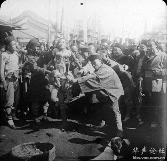 A bleeding criminal during China's Qing Dynasty suffering torture