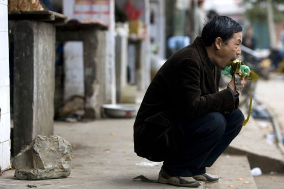 To save money, Guo Yimin eats the cheapest 'zongzi' on the side of the road