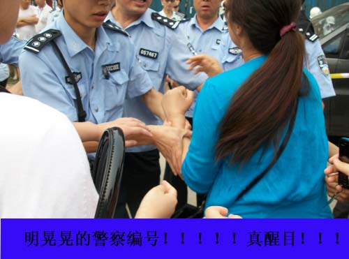 Chengguan in Beijing physically grab a resisting woman.