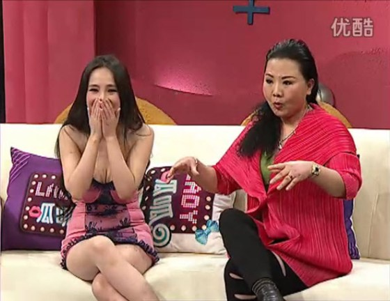 "Chinese actress, model, and internet celebrity with her mother on variety talk show ""Lady Gua Gua""."