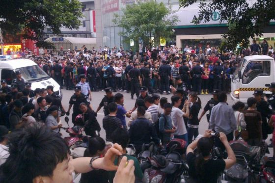 Large crowds gather after Chengdu chengguan beat up an old man hawking bayberries.