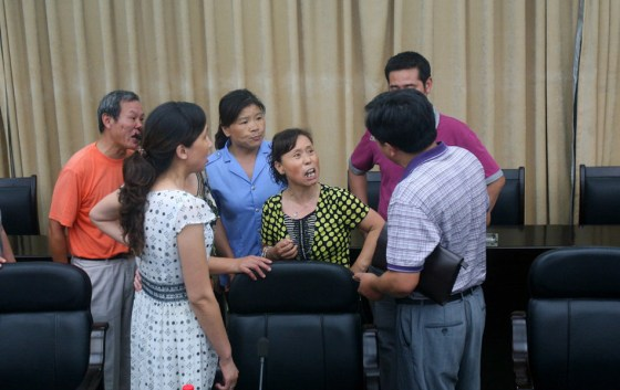Relatives of Xie Yexin make a scene at Hubei press conference announcing Xie Yexin's death as a suicide.