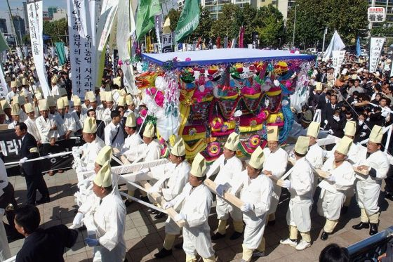 Korean farmers carrying the body of Lee Kyung Hae, who protested the WTO.