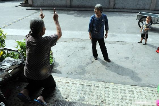 The mother of perpetrator Yang Xili hurls abuse at Yang Wu's mother.