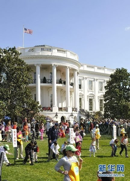 many people are gathering at the White House South Lawn.