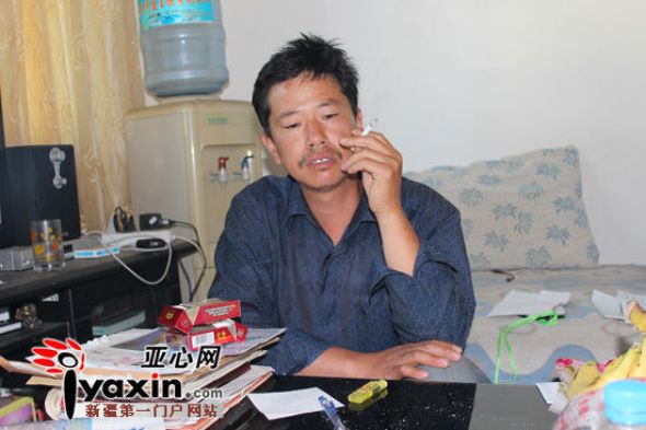 May 9th, Wang Qiyun squats in front of a coffee table smoking endlessly. After his son passed away, he has been smoking two packs a day. Photo by iYaxin reporter Shang Yitao.