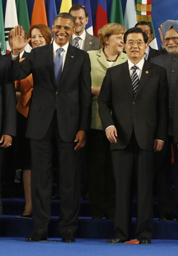 Hu Jintao and other G20 leaders getting ready to pose for their picture