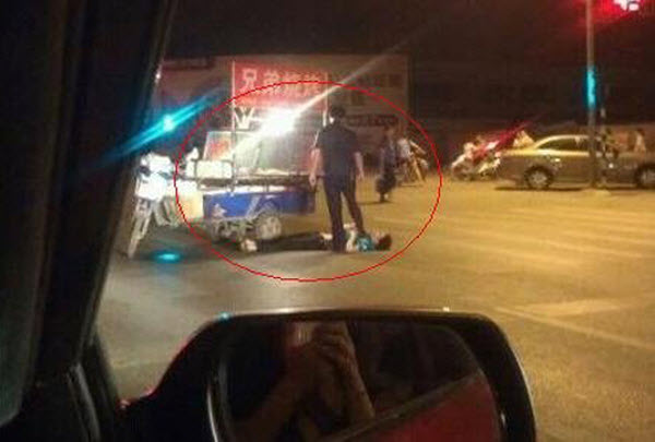 City Management personnel seemingly stepping on an illegal street vendor's neck during enforcement.