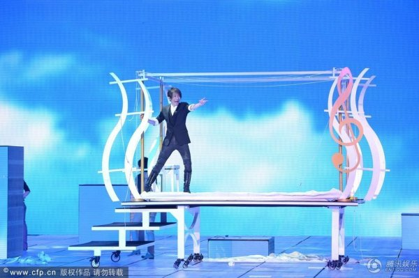 "Chinese pianist Li Yundi and Taiwanese magician Liu Qian during the ""Magic Piano"" magic show at the 2013 CCTV Spring Festival Gala."