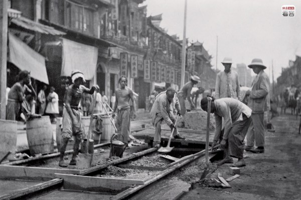 1907, workers for The Shanghai Electric Construction Co. Ltd. on Nanjing Road laying streetcar trolley rails. This was Shanghai's first railed streetcar line, that ran mostly along the business street, from Jingan Temple to the Shanghai Club Building, a total of 6.04 kilometers, its main stop located at the Shanghai Club Building. (Photo source: Shanghai: 1842-2010, Portrait of a Great City Post Wave Publishing)