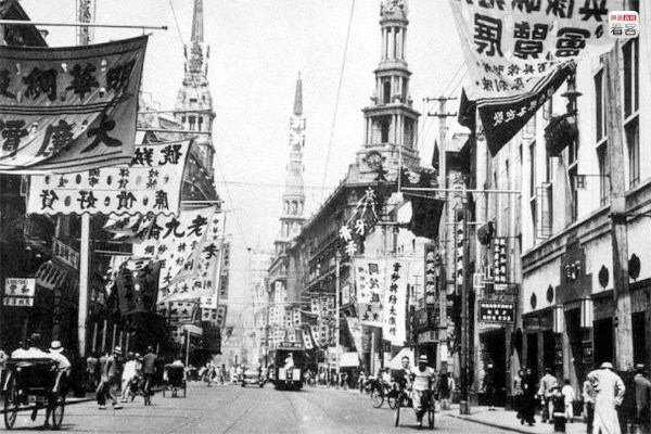Photo is of Nanjing Road in the '30s of the 20th century, both sides of the street covered with signs. Wikipedia