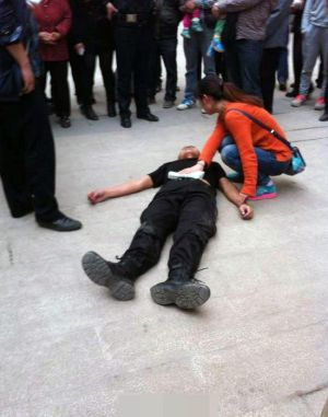sichuan-china-police-officer-stabbed-for-stopping-people-from-cutting-in-line-01