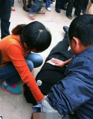 sichuan-china-police-officer-stabbed-for-stopping-people-from-cutting-in-line-02