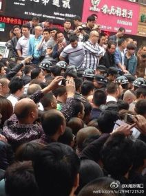 wenzhou-cangnan-county-mass-incident-crowd-beats-chengguan-after-beating-10