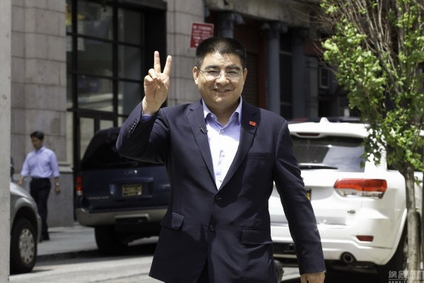 chinese-billionaire-philanthropist-chen-guangbiao-hands-out-100-dollar-bills-to-poor-in-new-york-09