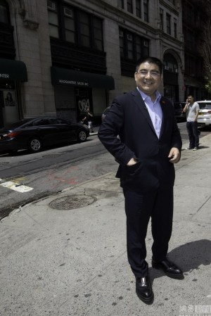 chinese-billionaire-philanthropist-chen-guangbiao-hands-out-100-dollar-bills-to-poor-in-new-york-14
