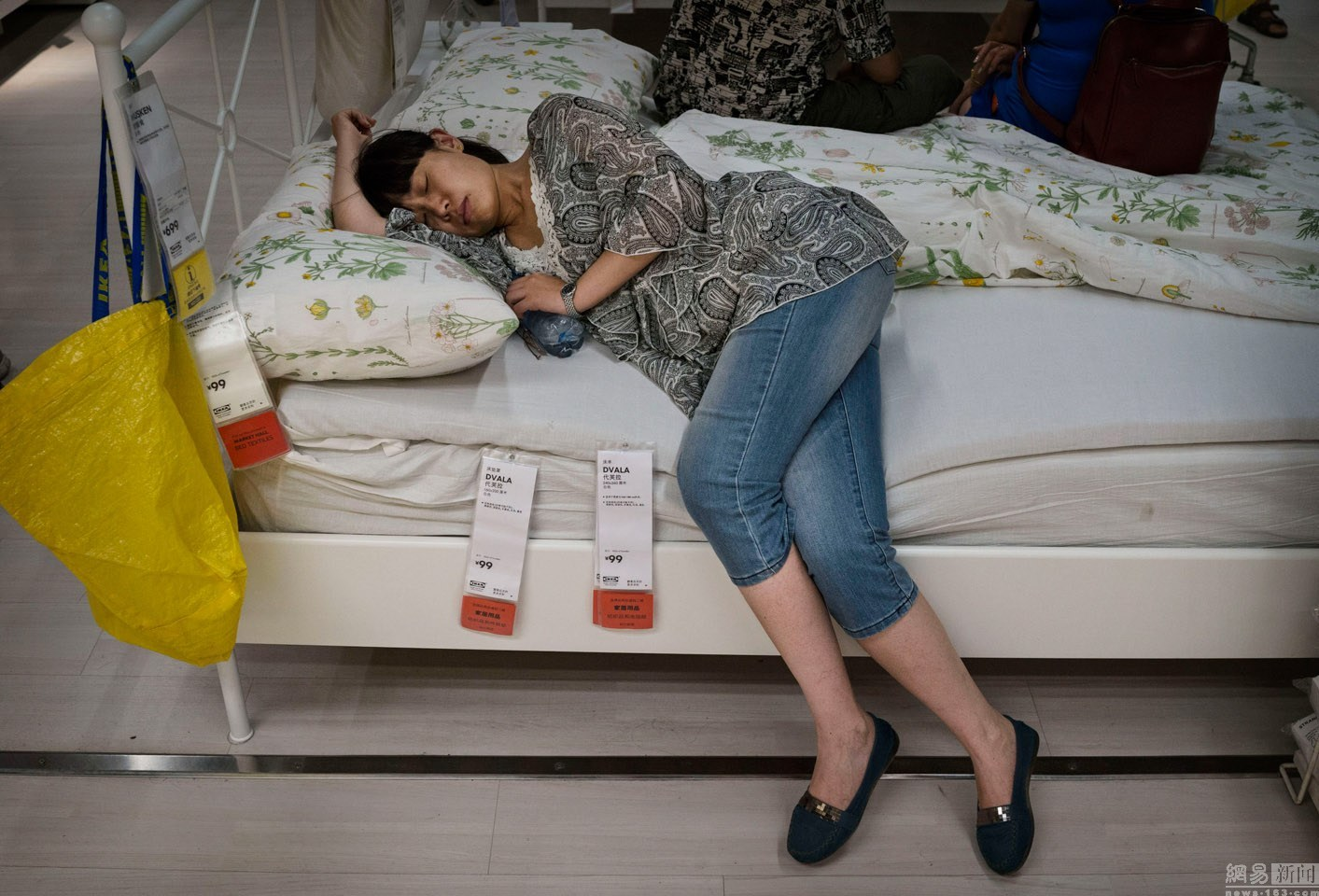 sleeping-chinese-at-ikea-beijing-china-06