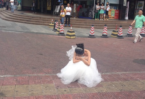 china-shenzhen-chinese-bride-uses-makeup-to-become-old-granny-for-wedding-photos-06