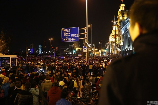 2014-2015-new-years-eve-countdown-shanghai-bund-crowds-trampling-c