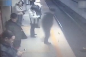 Baoding police officer jumps in front of a Beijing Subway Line 1 train to commit suicide.
