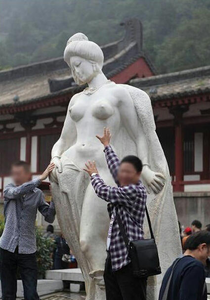 Tourists Groping Famous Statue Becomes Hot Topic, Actress Mocks Him